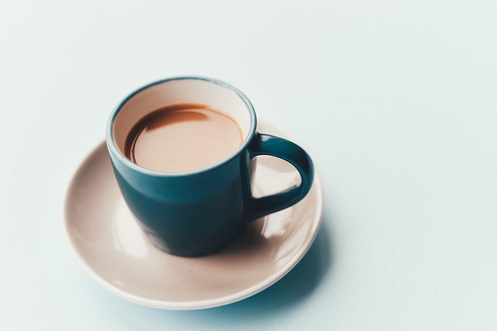 kaffe i en blå kopp